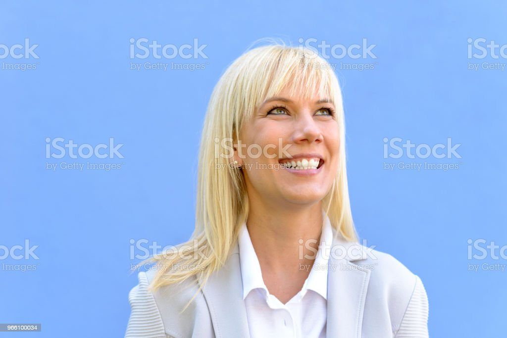 Smiling blond woman with her head turned up - Royalty-free Adulto Foto de stock