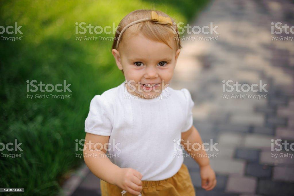 6824bd1c8 Foto de Sorrindo Loira Olhos Castanhos Menina Andando Na Rua e mais ...
