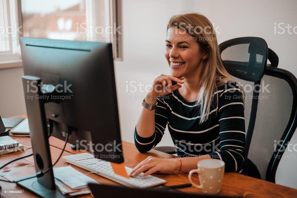 Lächelnde blonde Geschäftsfrau arbeiten am Schreibtisch. – Foto