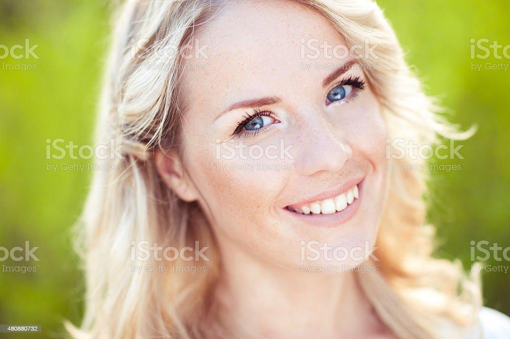 Lächelnd blone Mädchen - Lizenzfrei 2015 Stock-Foto