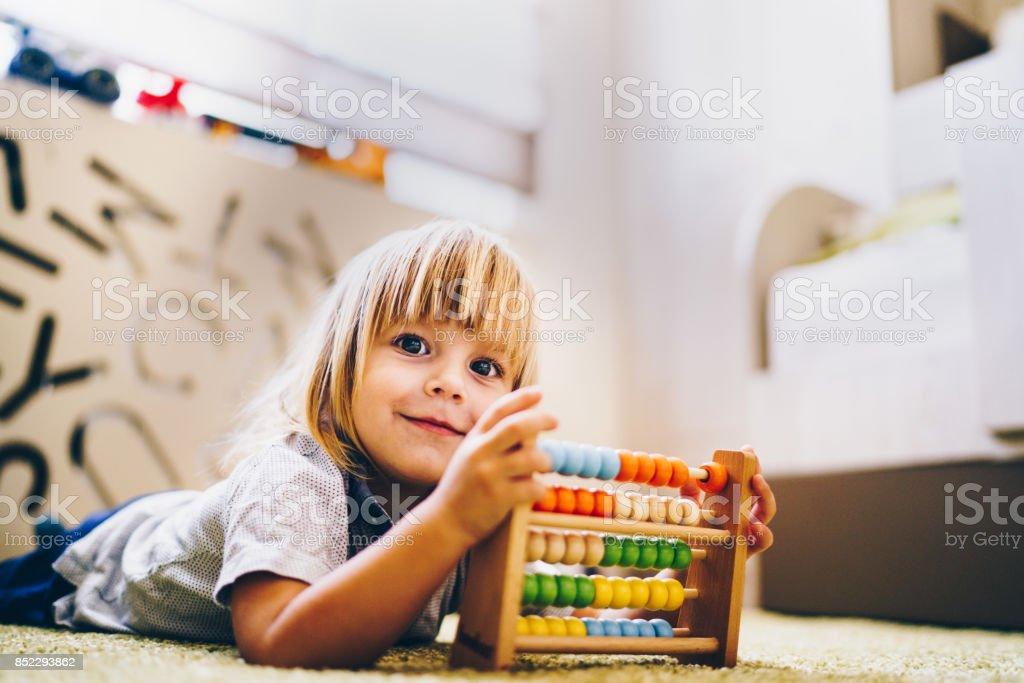 menino sorridente é brincar com o brinquedo - foto de acervo