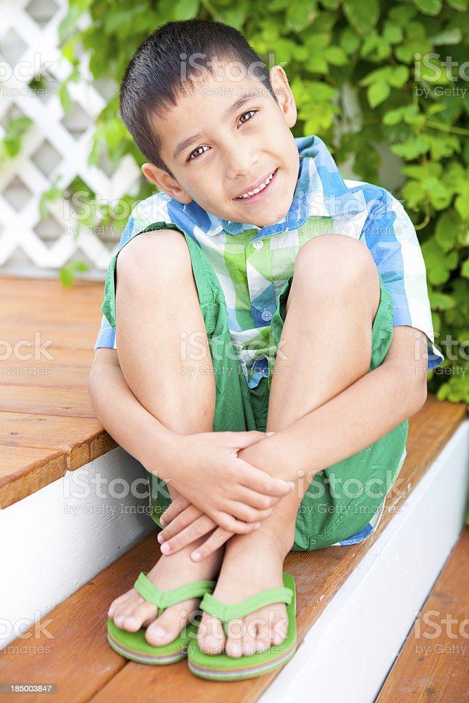 Menino sorridente Retrato de verão - foto de acervo