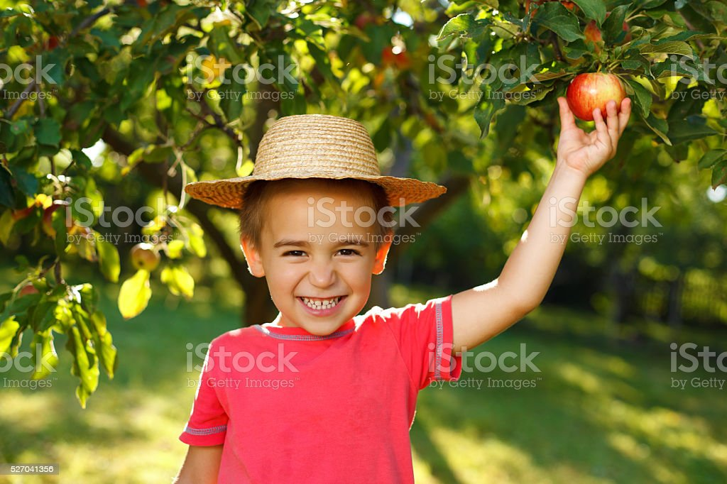 Niño sonriente con apple - foto de stock