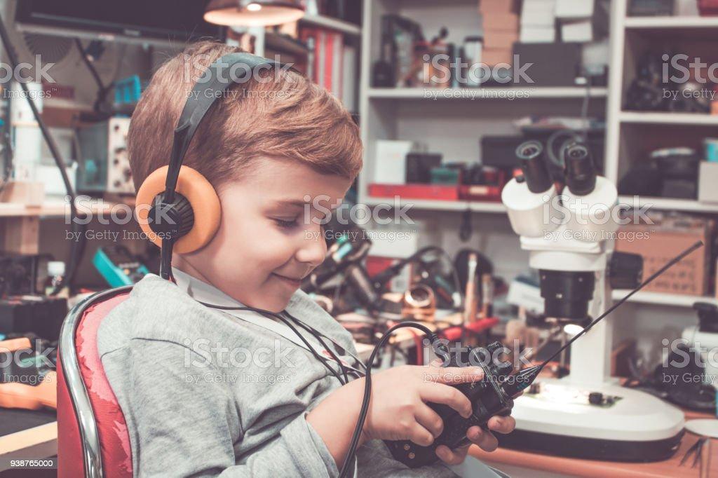 Lächelnde junge mit Kopfhörern mit Walkie-Talkie. – Foto