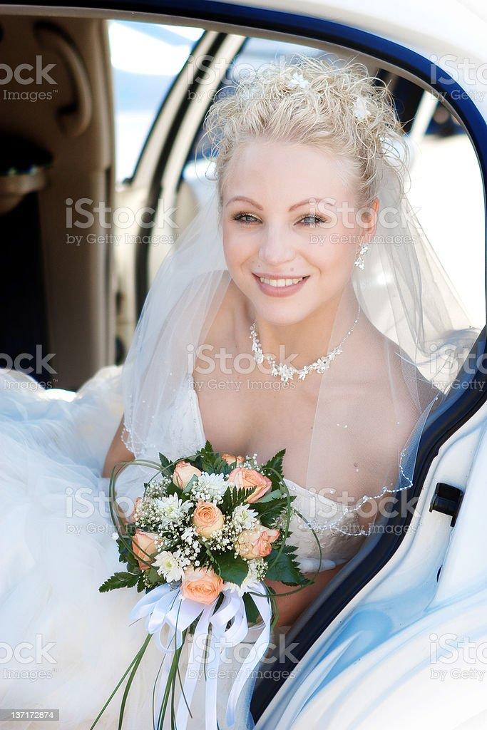 Lächelnd Braut im Auto mit Blumen! – Foto