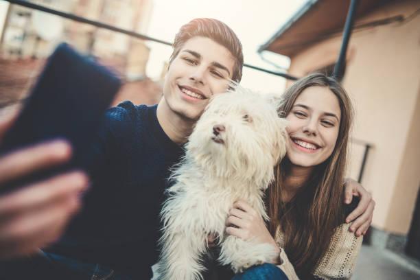 笑顔の兄と自分の犬と妹撮影 selfie - 兄弟 ストックフォトと画像