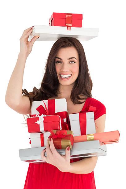 lächeln brunette holding viele geschenke - wickelkleid lang stock-fotos und bilder