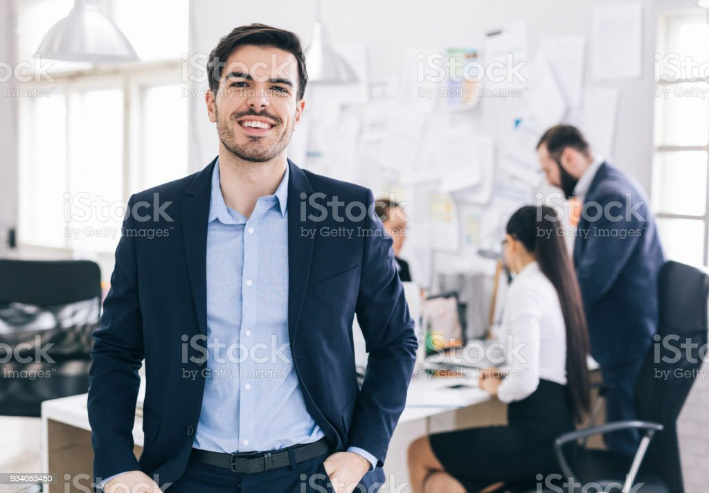 Lächelnde Business Leader im Büro – Foto