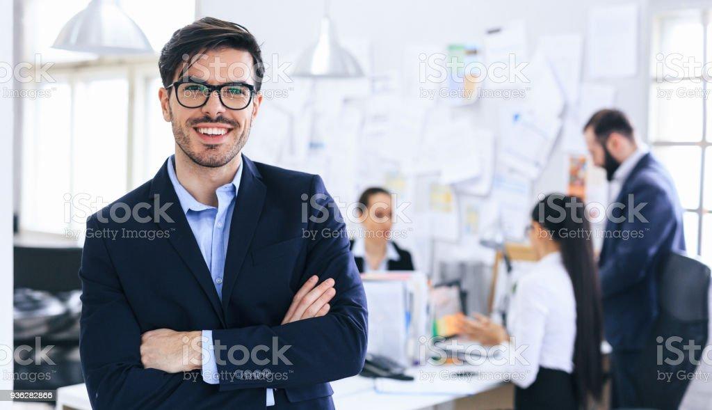 Lächelnde Business Leader mit verschränkten Armen – Foto