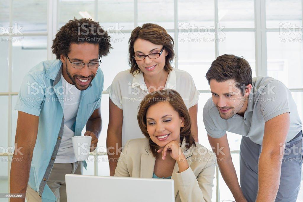 Sonriendo gente de negocios usando la computadora portátil juntos - Foto de stock de 20 a 29 años libre de derechos