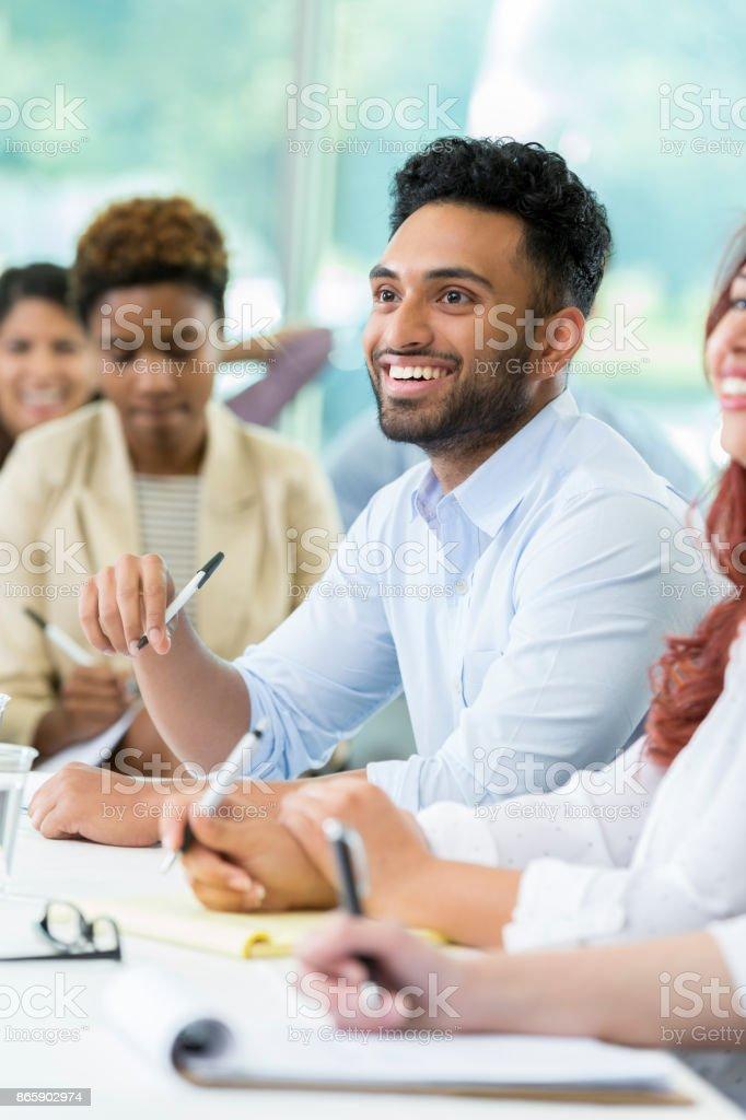 Lächelnde Geschäftsmann besucht Finanzkonferenz – Foto