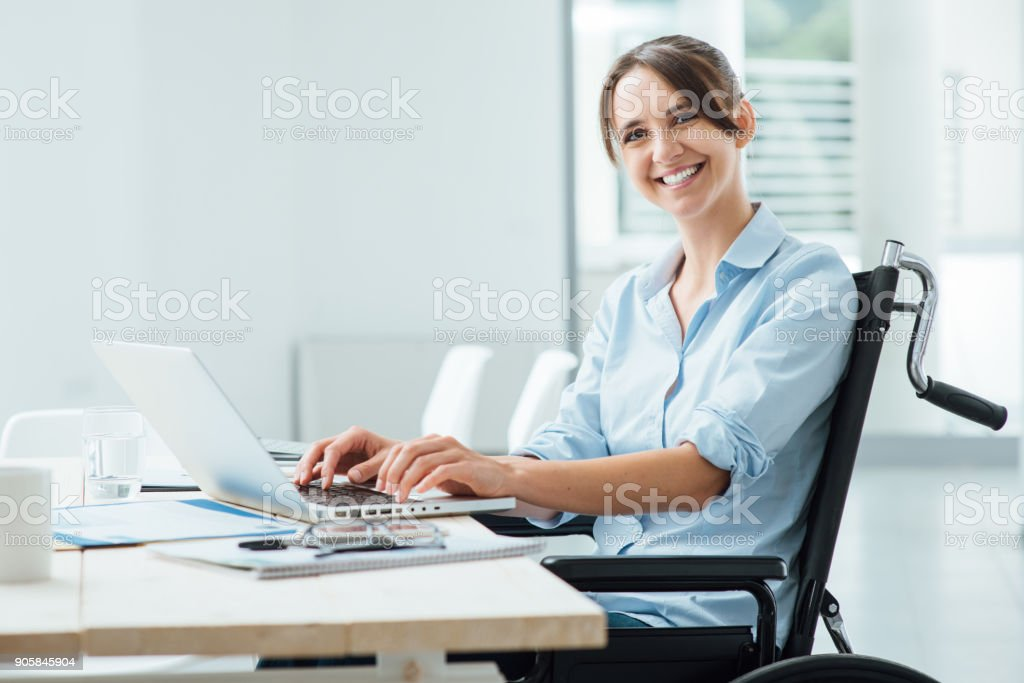 Sonriente mujer de negocios con acceso para silla de ruedas - foto de stock