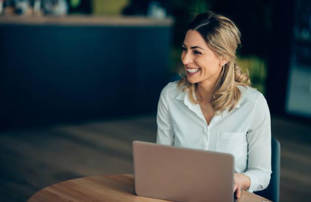 glimlachende zakenvrouw werken - woman very rich stockfoto's en -beelden