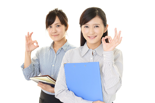 OKサインをする女性ビジネスマン|KEN'S BUSINESS|ケンズビジネス|職場問題の解決サイト