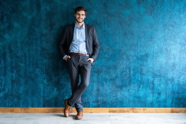 笑顔のビジネスマンフルレングスポートレート - よそいきの服 ストックフォトと画像