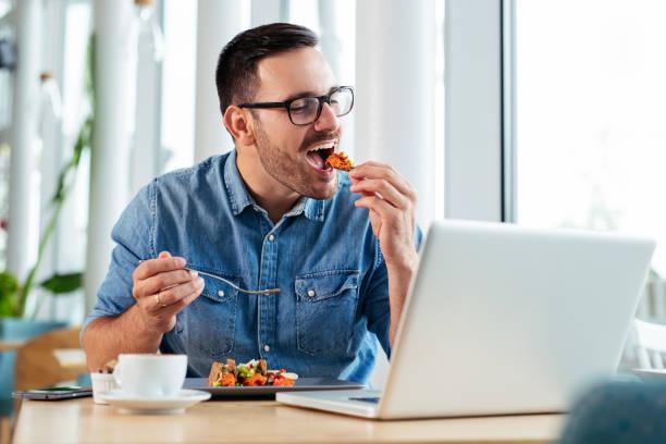 leende affärsman med en lunchrast - lunchrast bildbanksfoton och bilder