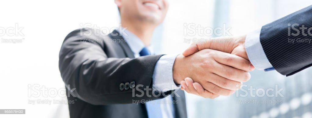 Lächelnd Geschäftsmann machen Handshake mit seiner Partnerin im freien in der Stadt – Foto
