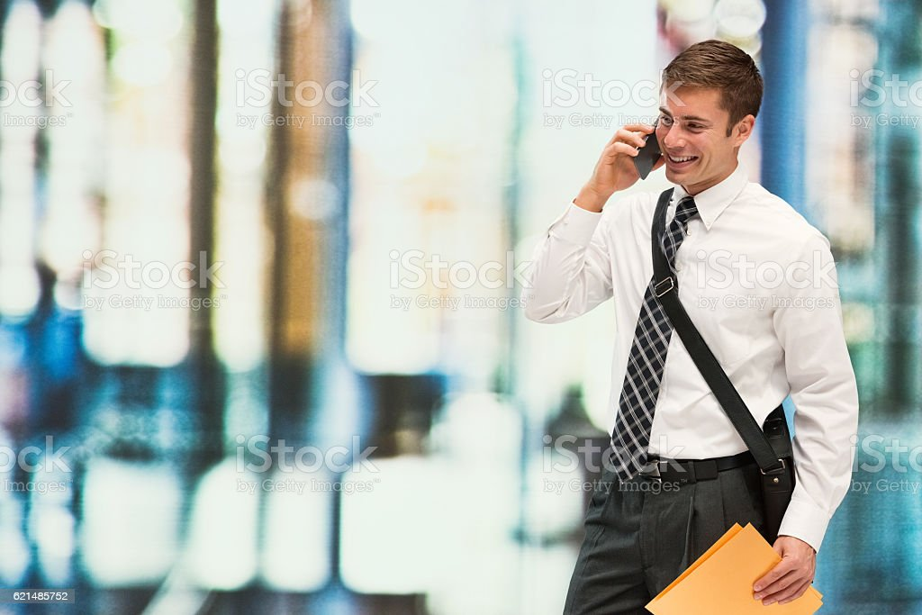 Sorridente uomo d'affari all'aperto sul telefono foto stock royalty-free