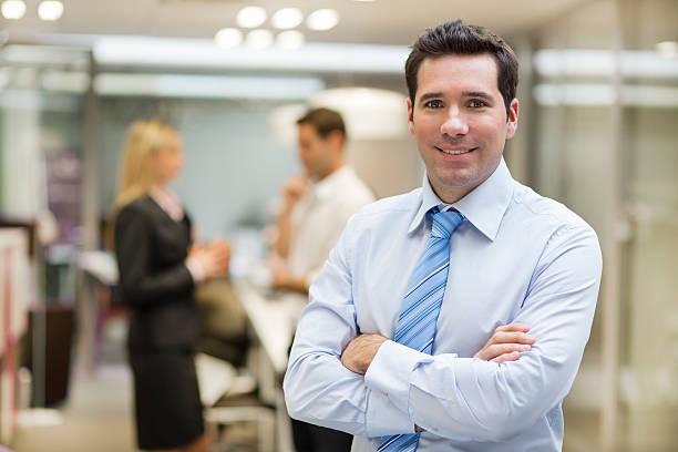 Lächelnd Geschäftsmann posieren und Kollegen reden zusammen in – Foto