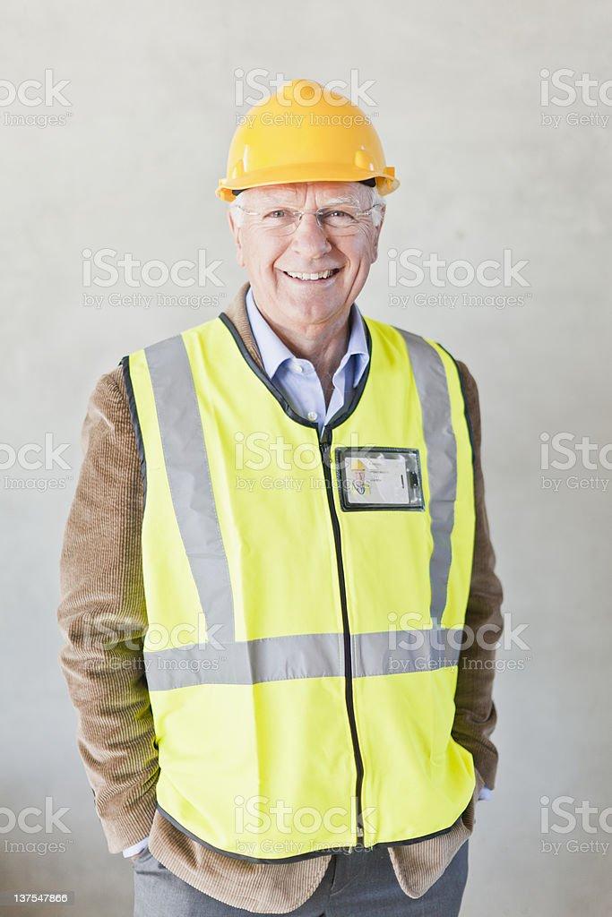 Lächelnd Geschäftsmann mit Schutzhelm – Foto