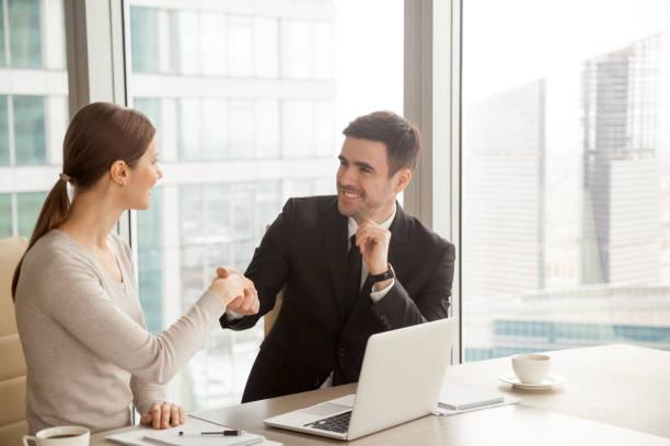 Sourire de femme d'affaires et homme d'affaires de poignée de main, faire bonne première impression, Bienvenue - Photo