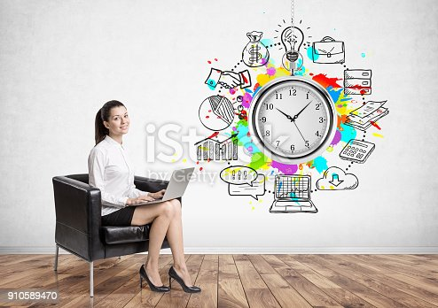 895493084 istock photo Smiling businesswoman, armchair, time management 910589470