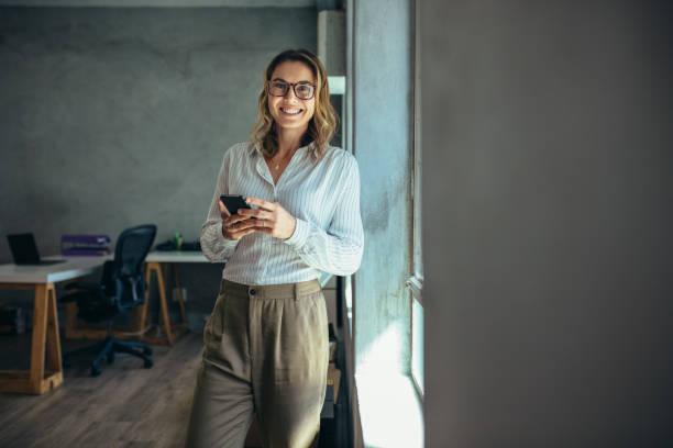 Lächelnde Geschäftsfrau bei der Arbeit im Büro – Foto