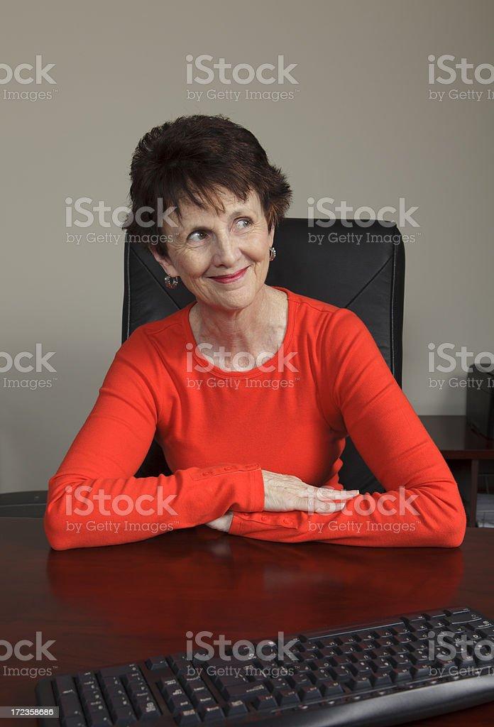 Sonriente mujer de negocios en nuestros al lado foto de stock libre de derechos