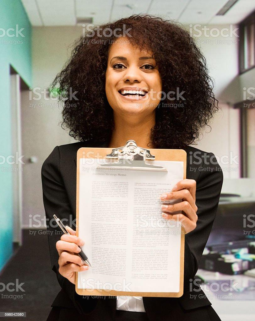 Souriant Femme d'affaires tenant le presse-papiers  photo libre de droits