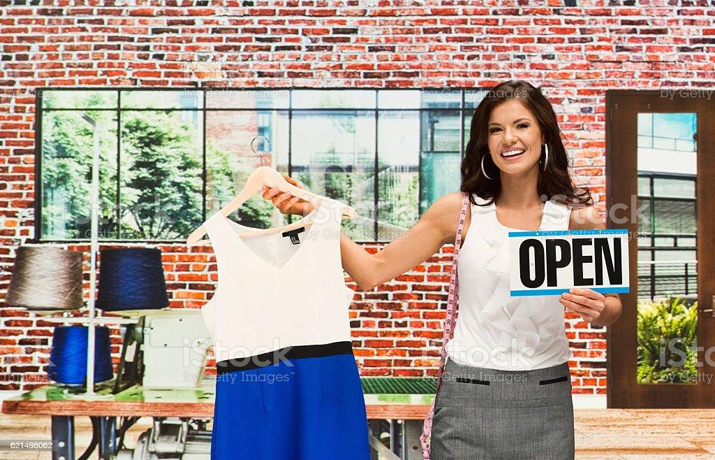 Souriant femme d'affaires tenant Panneau ouvert photo libre de droits