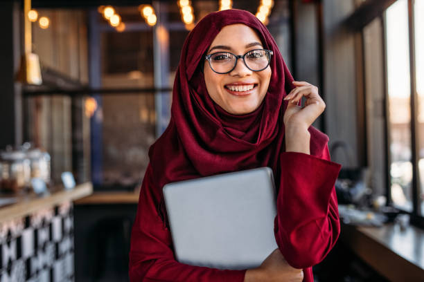 smiling businesswoman in hijab at coffee shop - arab zdjęcia i obrazy z banku zdjęć