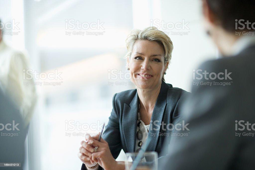 Lächelnd Geschäftsfrau in den Meetingräumen – Foto