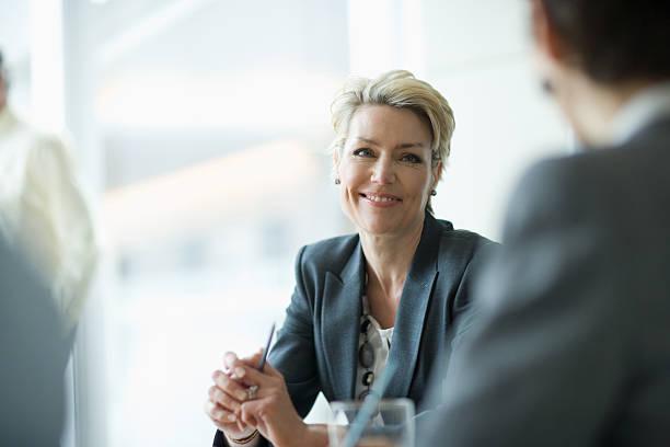 lächelnd geschäftsfrau in den meetingräumen - 35 39 jahre stock-fotos und bilder