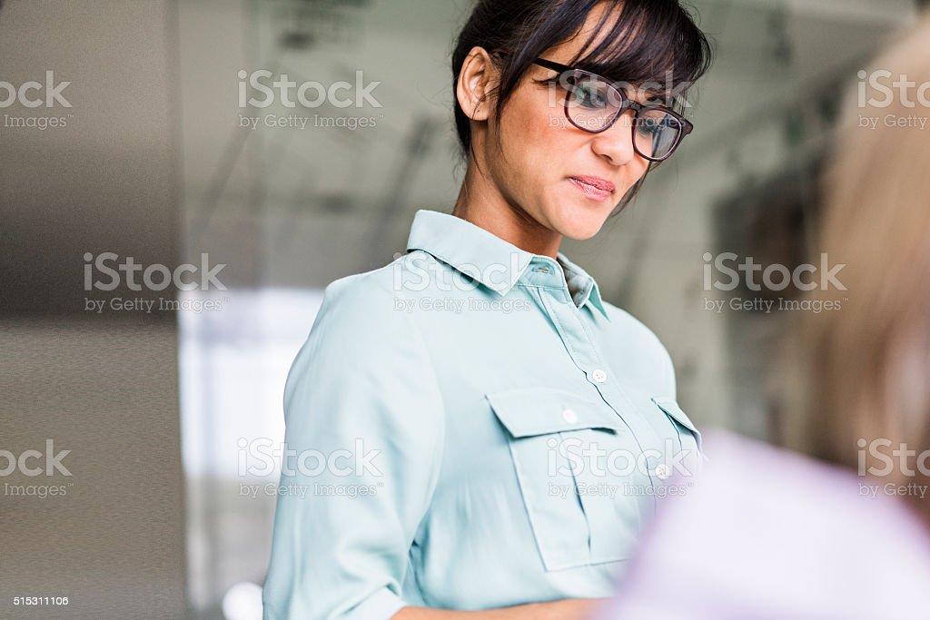 Uśmiech Biznesmenka w biurze – zdjęcie