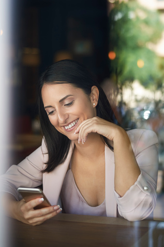 Cep Telefonu Kafe Penceresinde Bakarak Gülümseyen Iş Kadını Stok Fotoğraflar & Ayrışık odak'nin Daha Fazla Resimleri