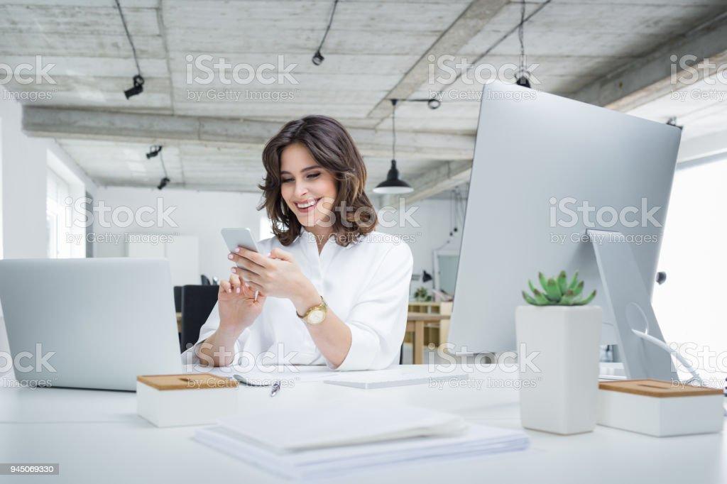 Lächelnd Geschäftsfrau telefonieren im Büro – Foto