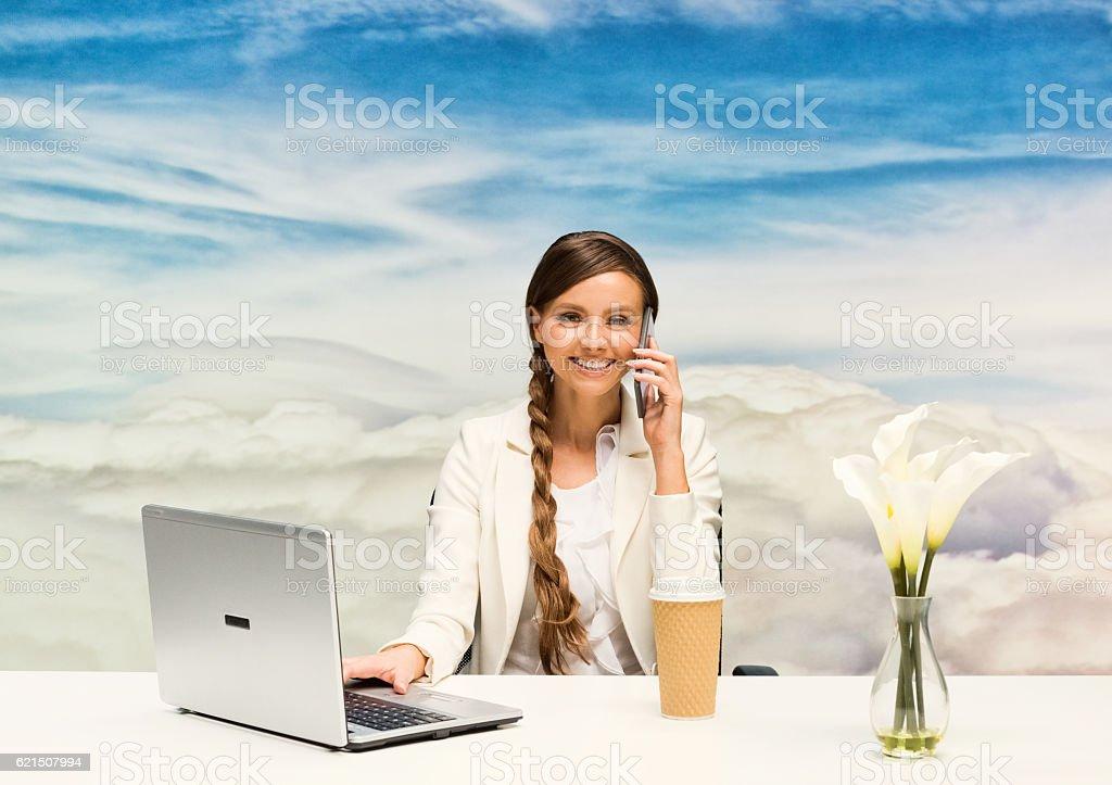 Femme d'affaires souriante sur le téléphone en plein air photo libre de droits