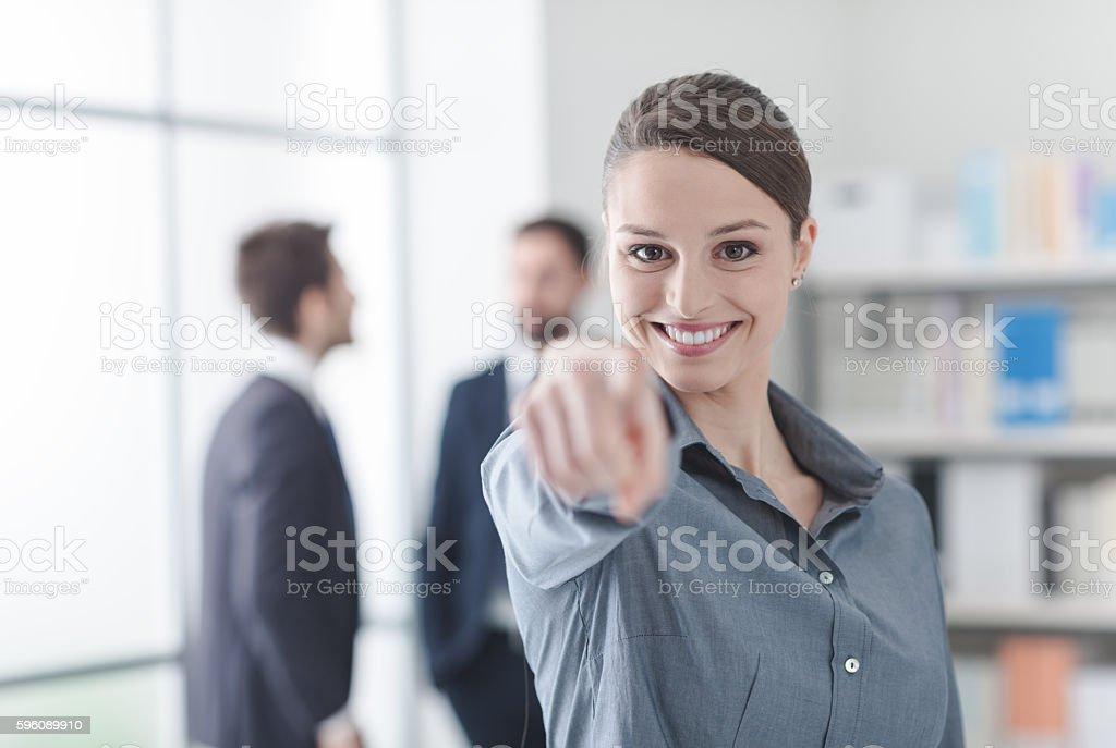 Lächelnd Geschäftsfrau zeigt in die Kamera.   Lizenzfreies stock-foto