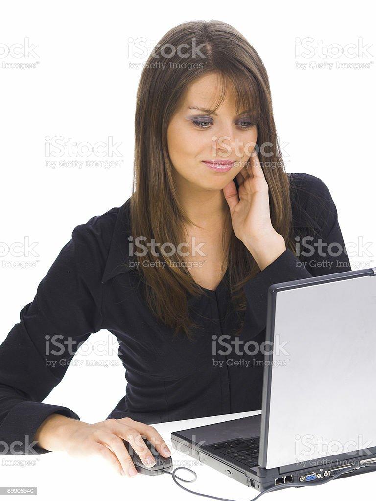Улыбающаяся Деловая женщина, сидящая на компьютере. Стоковые фото Стоковая фотография