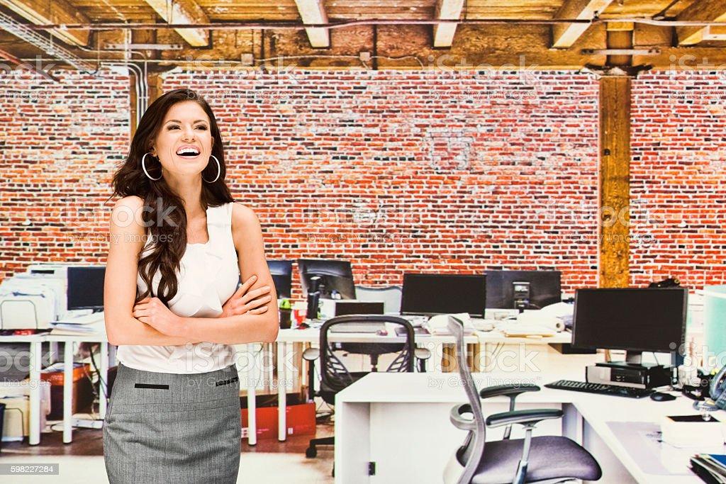Mulher de negócios sorridente em pé no escritório foto royalty-free