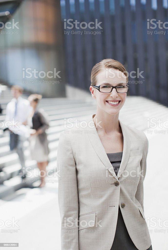 Улыбающаяся Деловая женщина, стоя на открытом воздухе Стоковые фото Стоковая фотография