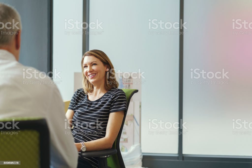 Lächelnde Geschäftsfrau mit männlichen Kollegen im Büro – Foto