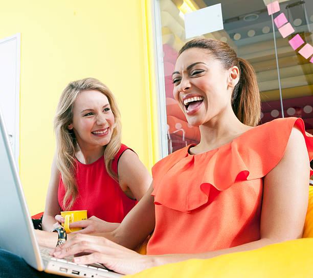 businesswomen sorridente usando laptop - girl power provérbio em inglês - fotografias e filmes do acervo