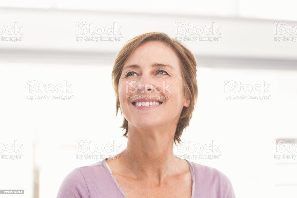 cbc127c7f2 Sonriendo a empresaria casual mirando lejos foto de stock libre de derechos