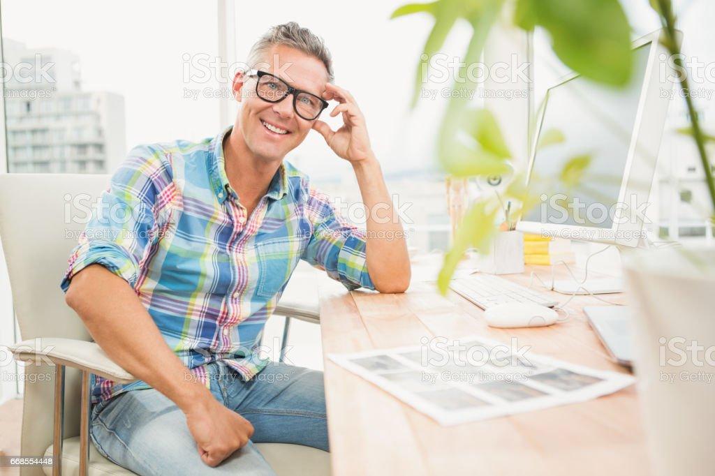 Sorrindo no design casual na mesa - foto de acervo