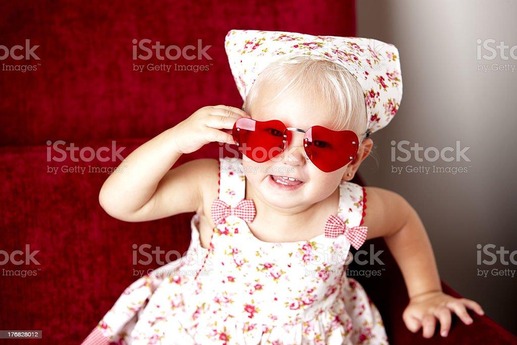 Niña caucásica niño sonriente usando gafas de corazón - foto de stock