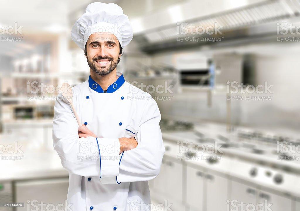 chef sonriente en su cocina - foto de stock