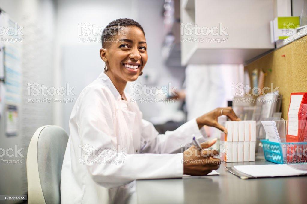Lächelnde Chemiker arbeiten am Schreibtisch – Foto