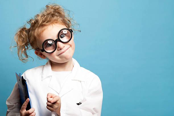 Kind Arzt mit Zwischenablage lächelnd – Foto
