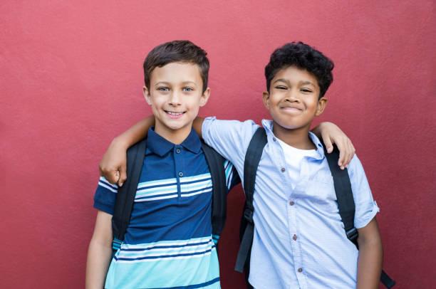 amis de l'enfance souriant embrassant - petits garçons photos et images de collection